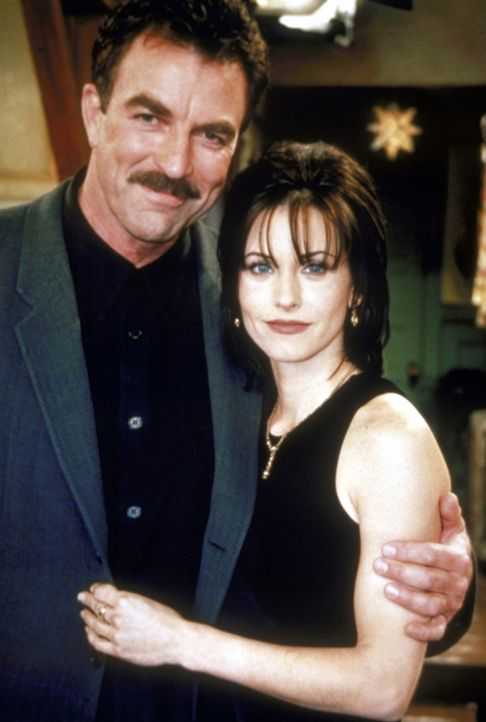 Monica (Courteney Cox, r.) ist hoffnungslos in Richard (Tom Selleck, l.) verliebt. - Bildquelle: TM+  2000 WARNER BROS.