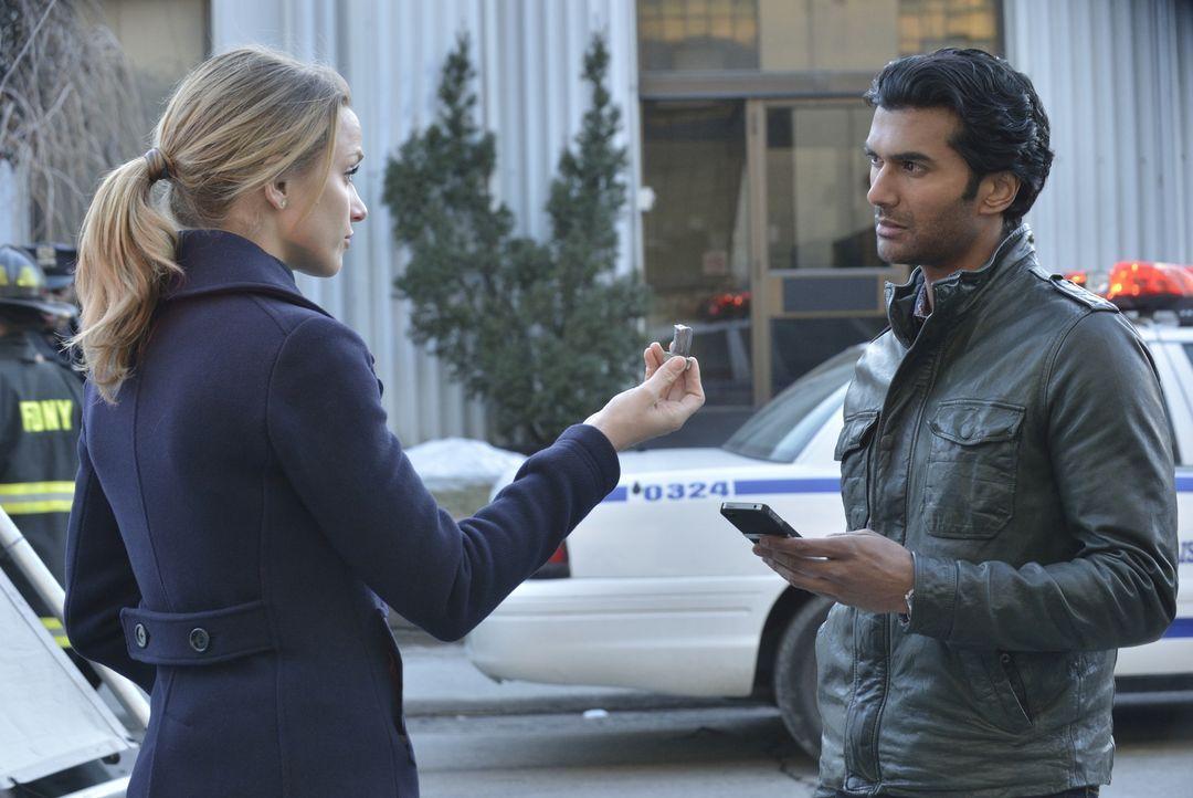 Von Tyler (Shantel VanSanten, l.) erhält Gabe (Sendhil Ramamurthy, r.) wichtige Informationen, die ihn zur Muirfield-Organisation führen könnten. - Bildquelle: 2012 The CW Network, LLC. All rights reserved.