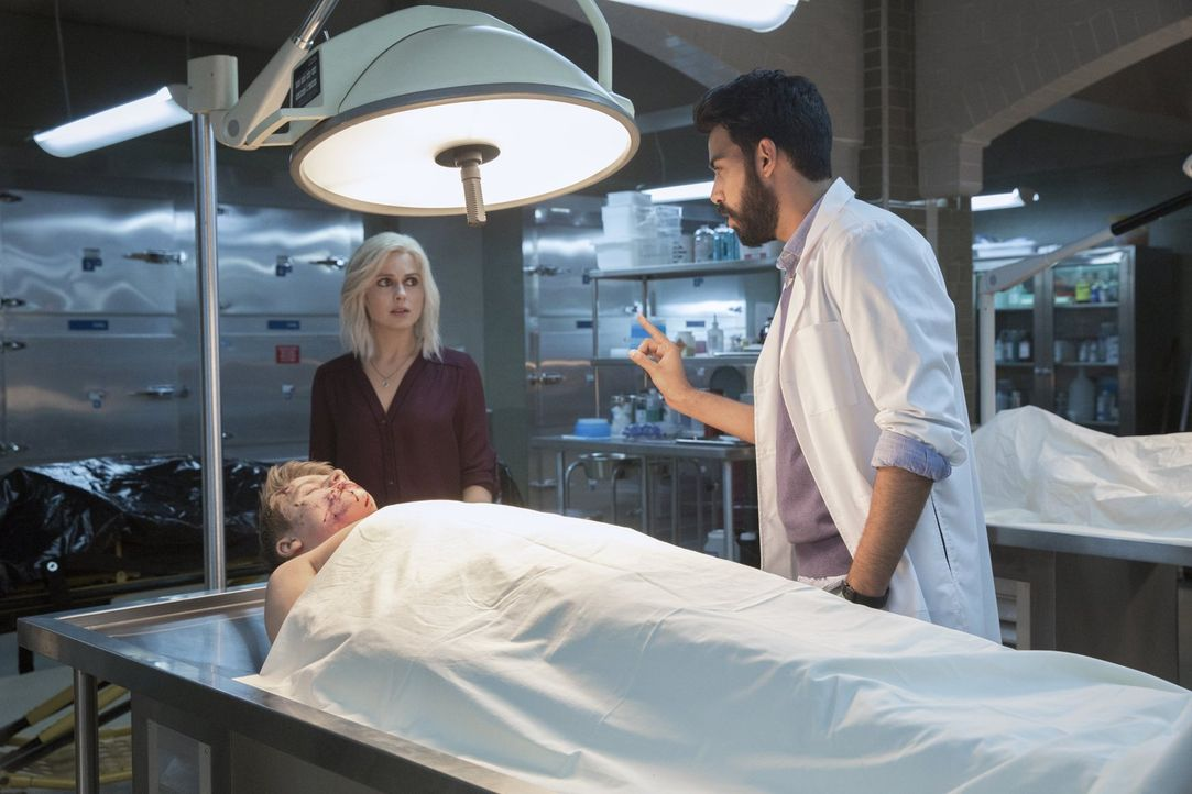 Als ein ermordeter Drogendealer bei ihnen auf dem Tisch landet, ahnen Ravi (Rahul Kohli, r.) und Liv (Rose McIver, l.) nicht, dass er Teil eines grö... - Bildquelle: 2014 Warner Brothers