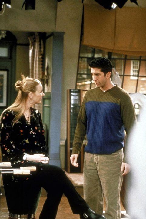 Phoebe (Lisa Kudrow, l.) hat die schwere Aufgabe, einem ihrer Babys einen Namen zu geben. Joey und Chandler wollen beide unbedingt, dass das Kind na... - Bildquelle: TM+  2000 WARNER BROS.