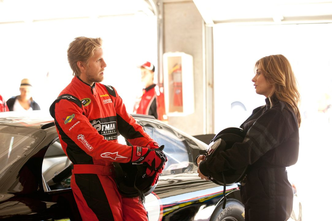 Billy (Matt Barr, l.), ein NASCAR-Fahrer, welcher nach einem schweren Abflug in eine Mauer unter Panikattacken leidet. Danni (Callie Thorne, r.) ver... - Bildquelle: 2011 Sony Pictures Television Inc. and Universal Network Television LLC.  All Rights Reserved.