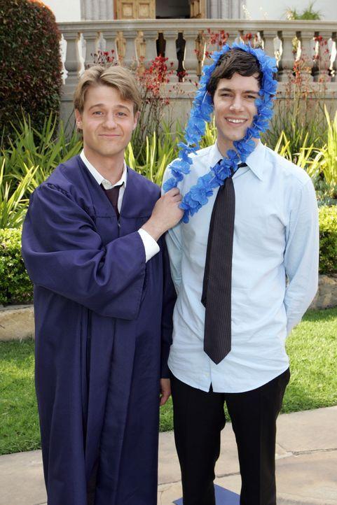 Die High School ist vorüber: Ryan (Benjamin McKenzie, l.) und Seth (Adam Brody, r.) ... - Bildquelle: Warner Bros. Television