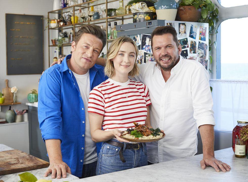 (v.l.n.r.) Jamie Oliver; Saoirse Ronan; Jimmy Doherty - Bildquelle: Steve Ryan 2019 Jamie Oliver Enterprises Ltd. / Steve Ryan