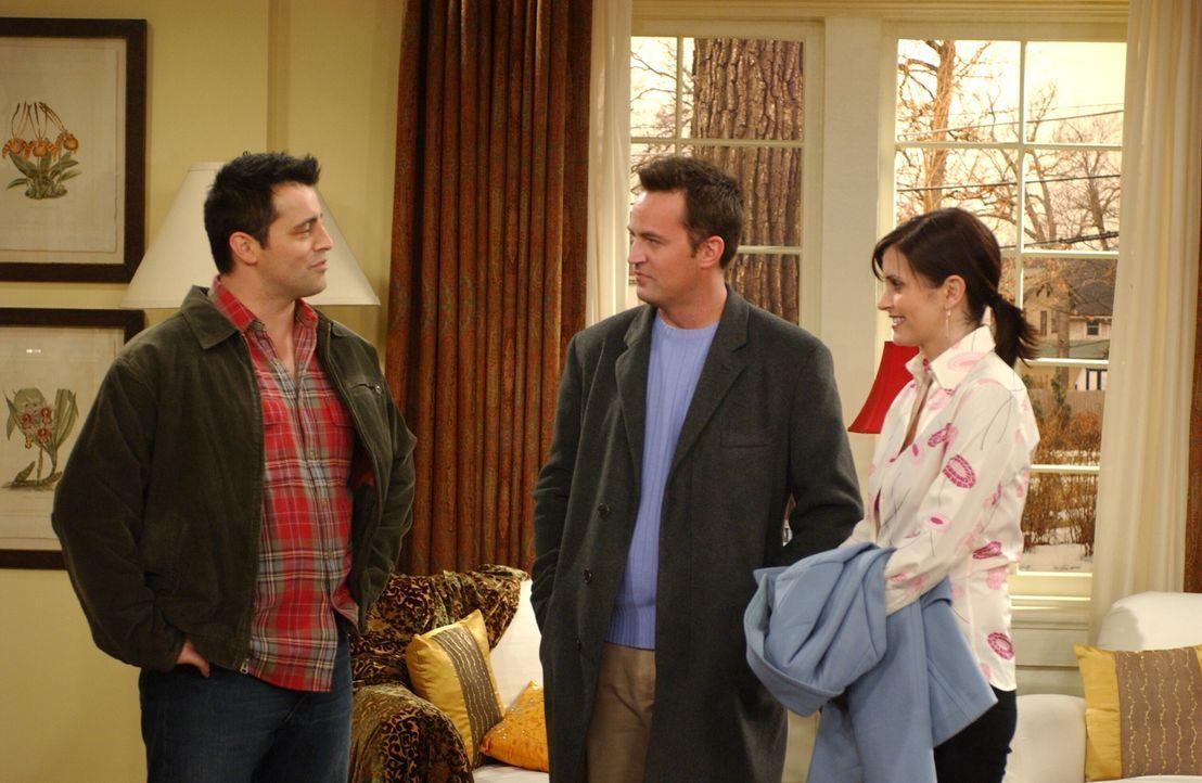 Joey (Matt LeBlanc, l.) berichtet Monica (Courteney Cox, r.) und Chandler (Matthew Perry, M.) von seiner neuen Bekanntschaft ... - Bildquelle: 2003 Warner Brothers International Television