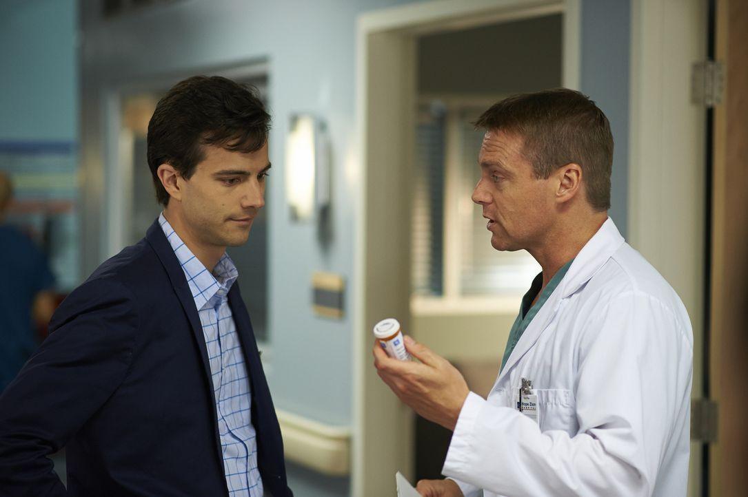 Besuchen gemeinsam eine Therapiesitzung: Gavin (Kristopher Turner, l.) und Charlie (Michael Shanks, r.) ... - Bildquelle: 2013  Hope Zee Two Inc.