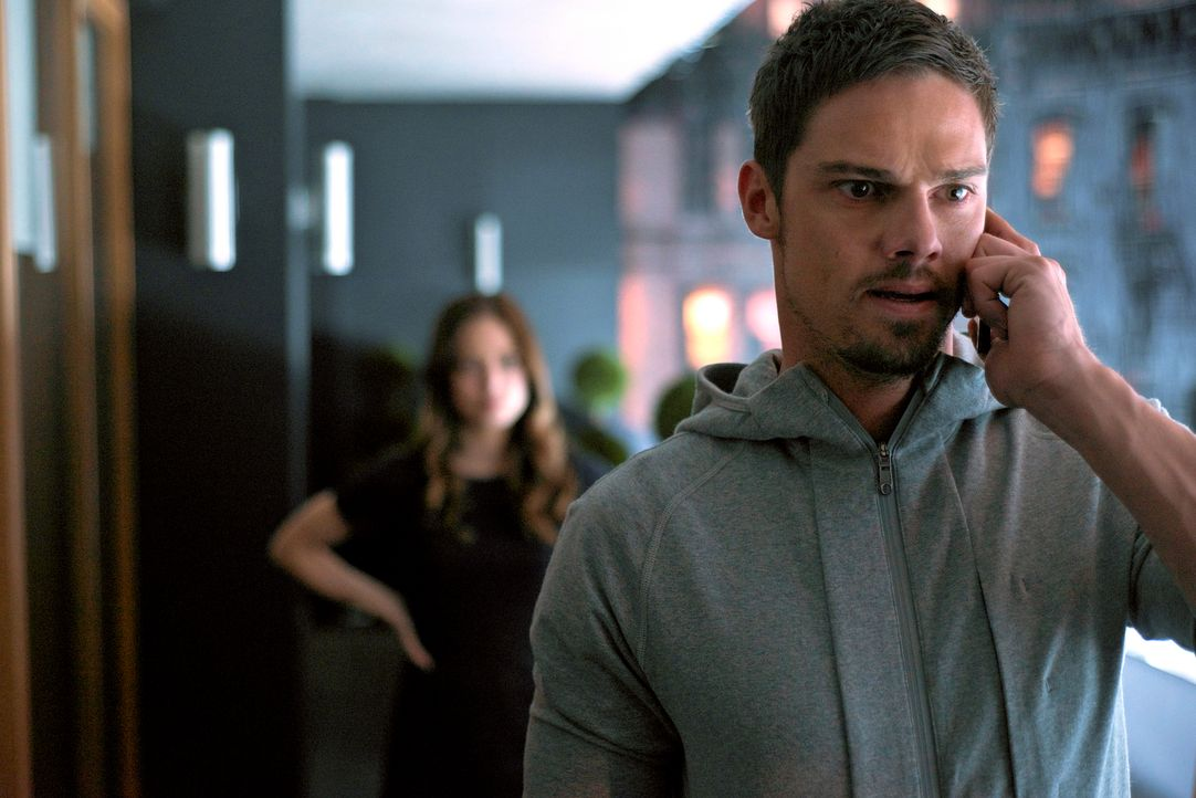 Müssen sich auf einen Deal mit Gabe einlassen, damit dieser Vincents Geheimnisse an eine Journalistin weitergibt: Cat (Kristin Kreuk, l.) und Vincen... - Bildquelle: 2013 The CW Network, LLC. All rights reserved.