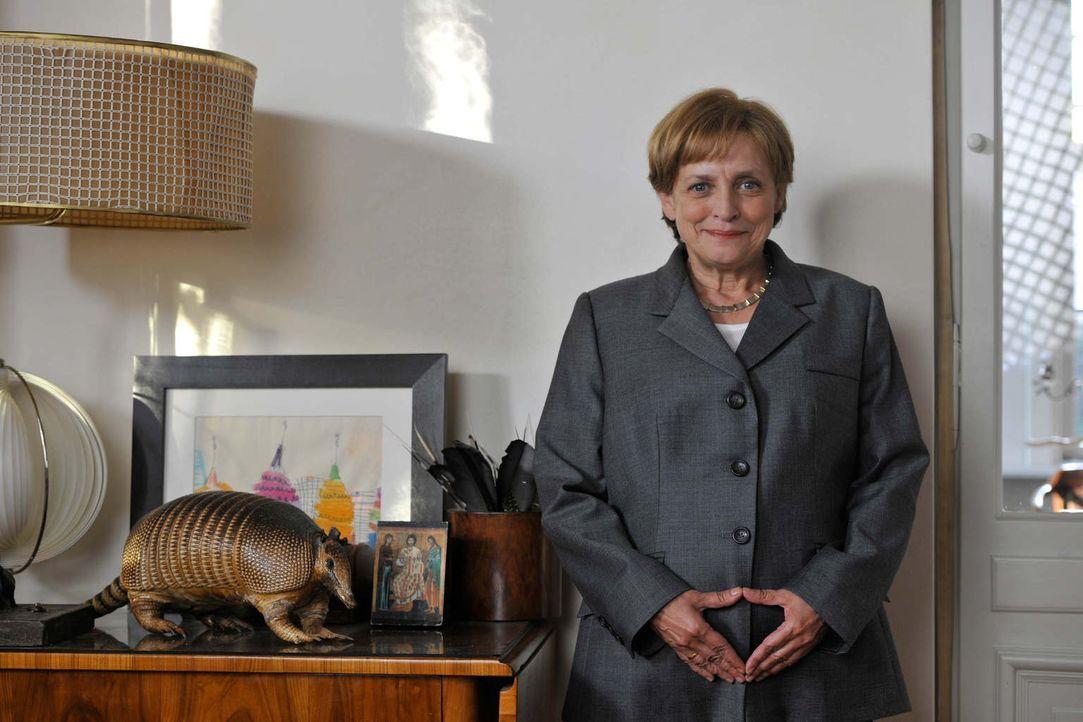 Angela Murkel (Katharina Thalbach) beäugt mit Skepsis die Taten des neuen Wirtschaftsministers. - Bildquelle: Hardy Brackmann SAT.1