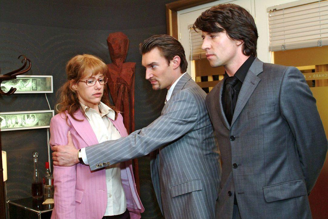 Ertappt: Richard (Karim Köster, M.) und Viktor (Roman Rossa, r.) erwischen Lisa (Alexandra Neldel, l.), die an der Bürotür gelauscht hat ... (Die... - Bildquelle: Sat.1