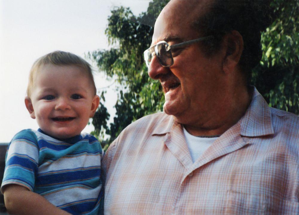 Zu glücklicheren Zeiten: Gary Loesch (r.) hält stolz seinen Enkel Kristopher (l.) auf dem Arm. Jahre später ist Gary tot und der Junge vom Erdboden... - Bildquelle: 2013 NBCUniversal ALL RIGHTS RESERVED.