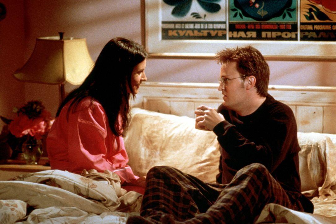 Monica (Courteney Cox, l.) und Chandler (Matthew Perry, r.) verbringen eine schlaflose Nacht. - Bildquelle: TM+  2000 WARNER BROS.