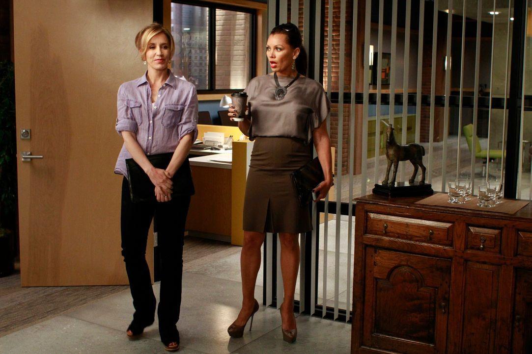 Tom hat Lynette (Felicity Huffman, l.) und Renee (Vanessa Williams, r.) mit der Einrichtung seines Büros beauftragt. Während Renee sich an seine Wün... - Bildquelle: ABC Studios