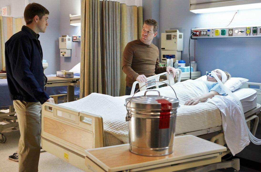 Peter (Nicholas Bishop, M.) rettet eine junge Frau (Jessica Conlon, r.) aus einem brennenden Haus. Jenna Applebee überlebt mit einer schweren Zyanid... - Bildquelle: 2010 American Broadcasting Companies, Inc. All rights reserved.