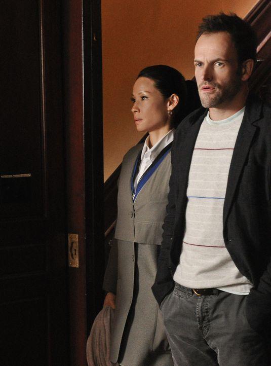 Anlässlich eines Abendessens lernt Holmes (Jonny Lee Miller, r.) die Familie von Watson (Lucy Liu, l.) kennen und klärt sie über ihre Arbeit auf ...... - Bildquelle: CBS Television