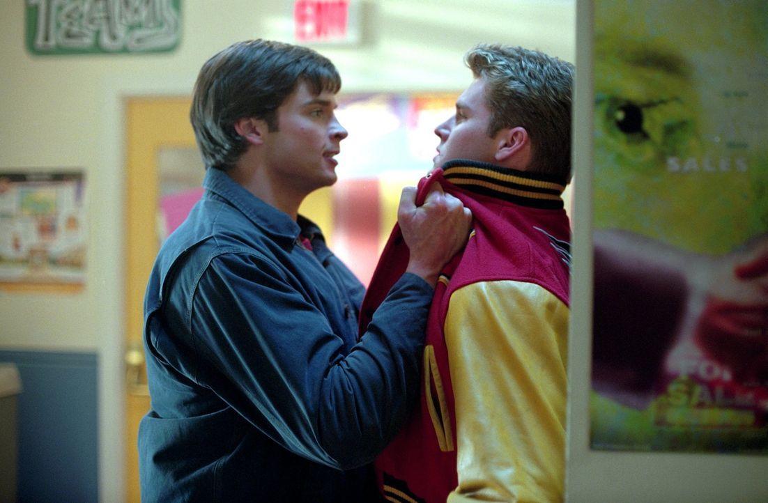 Mit Hilfe seines Röntgenblicks kann Clark (Tom Welling, l.) sehen, dass Baseball-Champ Eric Marsh (Zachery Bryan, r.) eine Metallplatte wie einer de... - Bildquelle: Warner Bros.