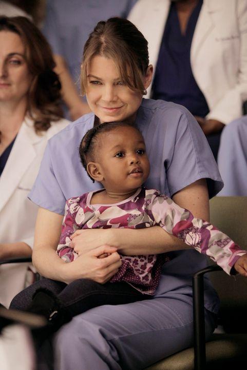Für eine riskante Operation an siamesischen Zwillingen teilen sich die Ärzte in Teams auf, während Derek und Meredith (Ellen Pompeo, hinten) auf die... - Bildquelle: ABC Studios