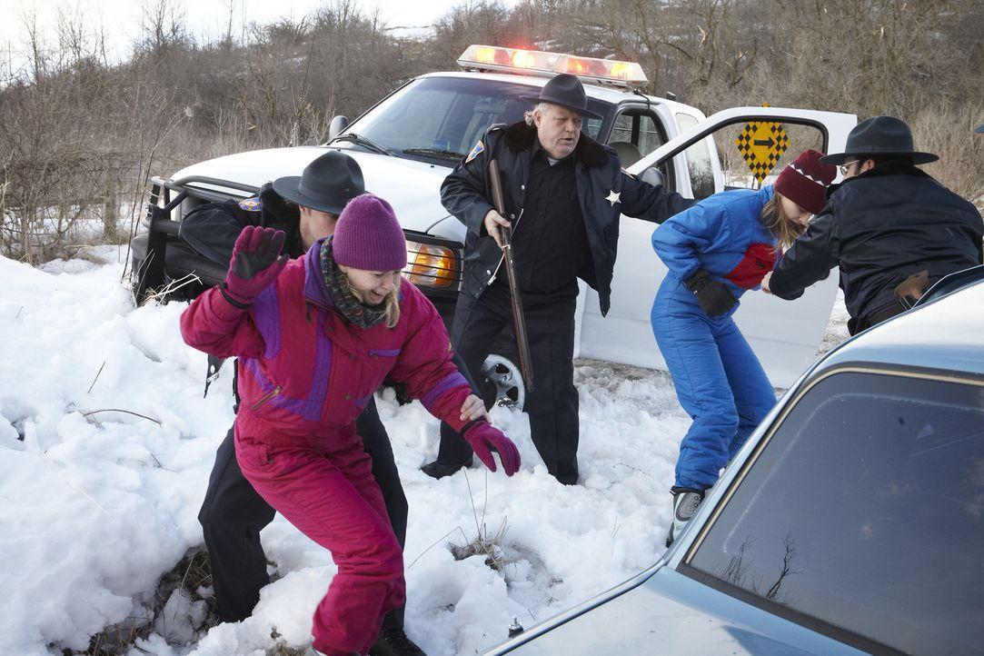 Beim Eingreifen der Polizei ist das Leben von Linae und ihrer Schwester bereits vollkommen aus den Fugen geraten ... - Bildquelle: Ian Watson Cineflix 2014