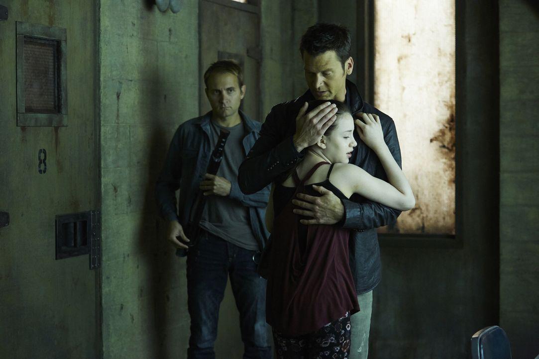 Aleister (Sean Rogerson, hinten r.) baut seine Bindung zu Savannah (Kiara Clasco, vorne) mehr und mehr aus ... - Bildquelle: 2015 She-Wolf Season 2 Productions Inc.