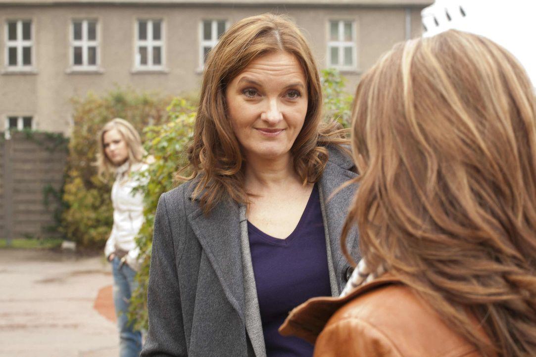 Ben hat bei seiner Vernehmung mit Gabriele (Marie Schneider, M.) behauptet, dass er Bea (Vanessa Jung, r.) gestalkt und sie ihn deshalb von sich ges... - Bildquelle: David Saretzki SAT.1