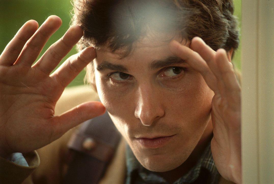Macht eine erschreckende Entdeckung: Sam (Christian Bale) - Bildquelle: Sony Pictures Television International. All Rights Reserved.