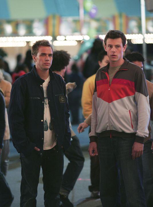 Geschockt sehen sie mit an, wie Kyle auf dem Rummel zusammenbricht: Declan (Chris Olivero, l.) und Charlie (Cory Monteith, r.) ... - Bildquelle: TOUCHSTONE TELEVISION