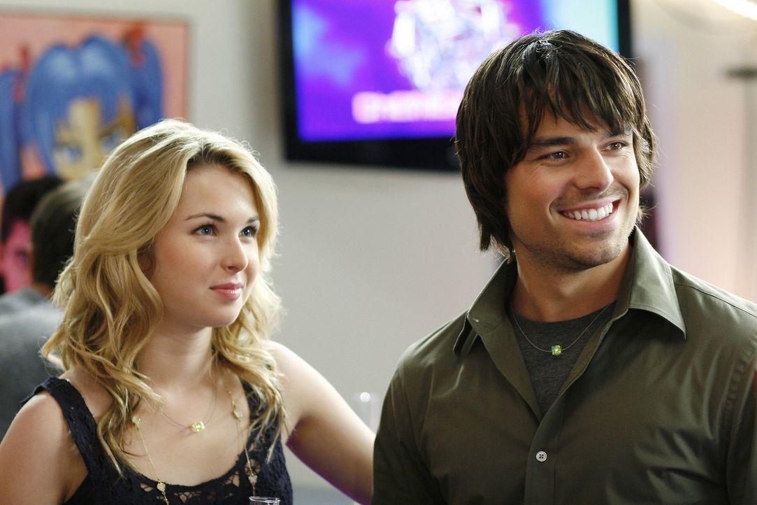 Nate (Jesse Hutch, r.) macht sich an Amanda (Kirsten Prout, l.) ran und lädt sie zur Latnokparty ein ... - Bildquelle: TOUCHSTONE TELEVISION