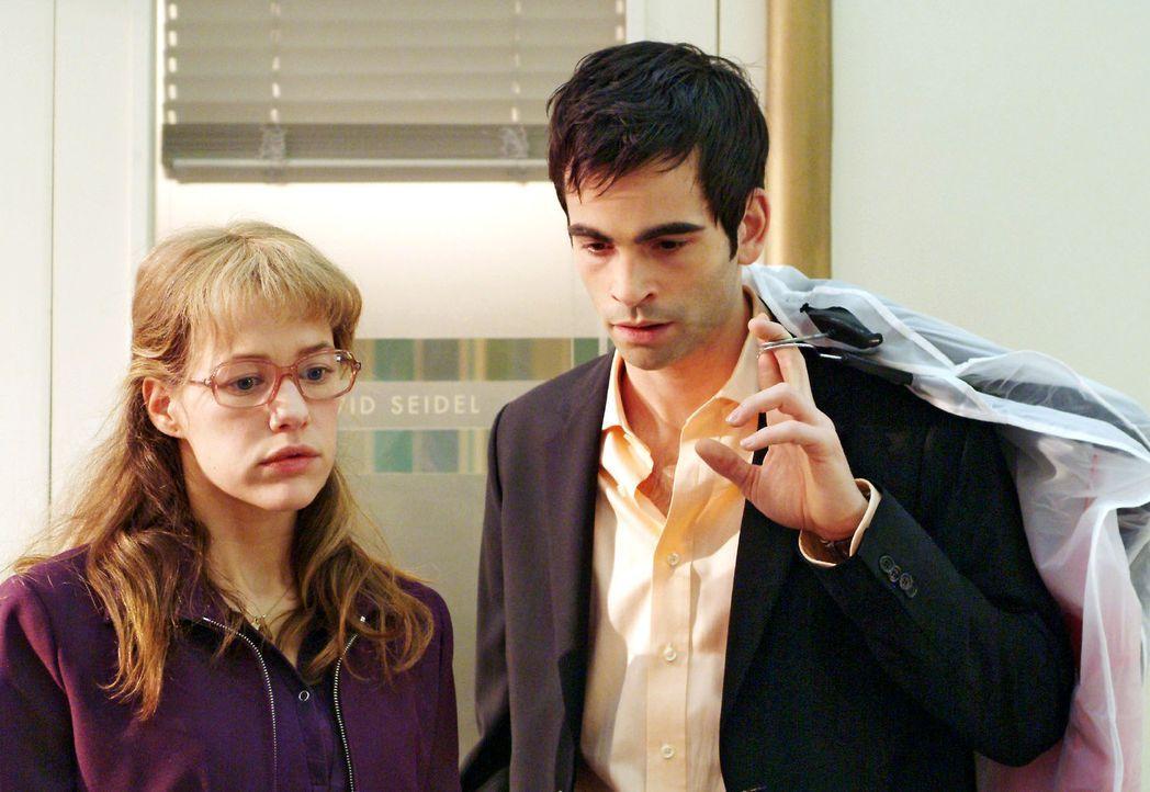 Lisa (Alexandra Neldel, l.) muss David (Mathis Künzler, r.) gestehen, dass Mariella sie hat abblitzen lassen. So scheitert Davids Plan, Mariella mi... - Bildquelle: Sat.1