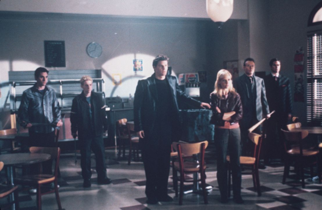 (v.l.n.r.) Xander (Nicholas Brendon), Oz (Seth Green), Angel (David Boreanaz), Buffy (Sarah Michelle Gellar), Giles (Anthony Steward Head) und Wesle... - Bildquelle: TM +   2000 Twentieth Century Fox Film Corporation. All Rights Reserved.