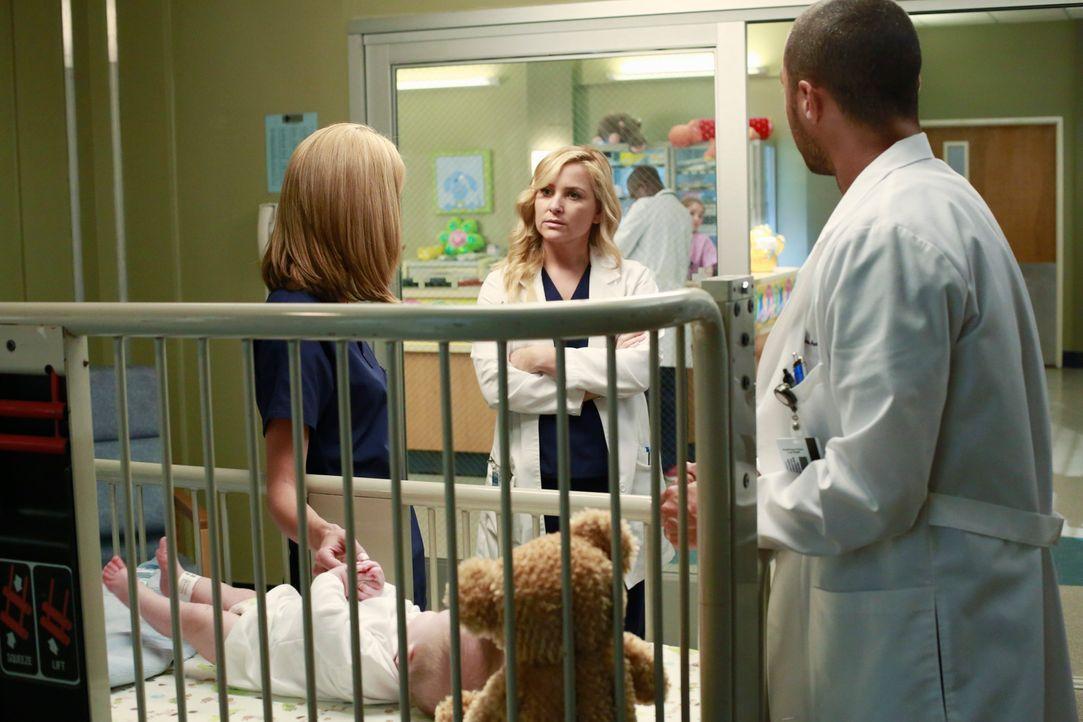 Zwischen der Gesichtsschädelspezialistin Lauren (Hilarie Burton, l.), welche Jackson (Jesse Williams, r.) einfliegen lassen hat, und Arizona (Jessi... - Bildquelle: ABC Studios