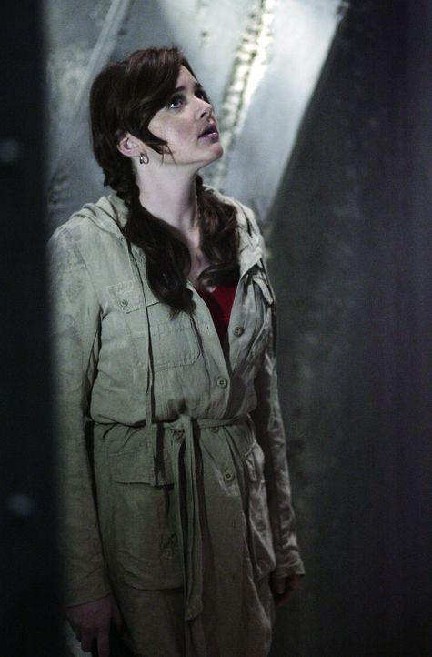 Damit hat Lori (April Matson) nicht gerechnet: Als sie in der Ruine von Zzyzx steht, nimmt sie einen ungewöhnlichen Geruch wahr ... - Bildquelle: TOUCHSTONE TELEVISION