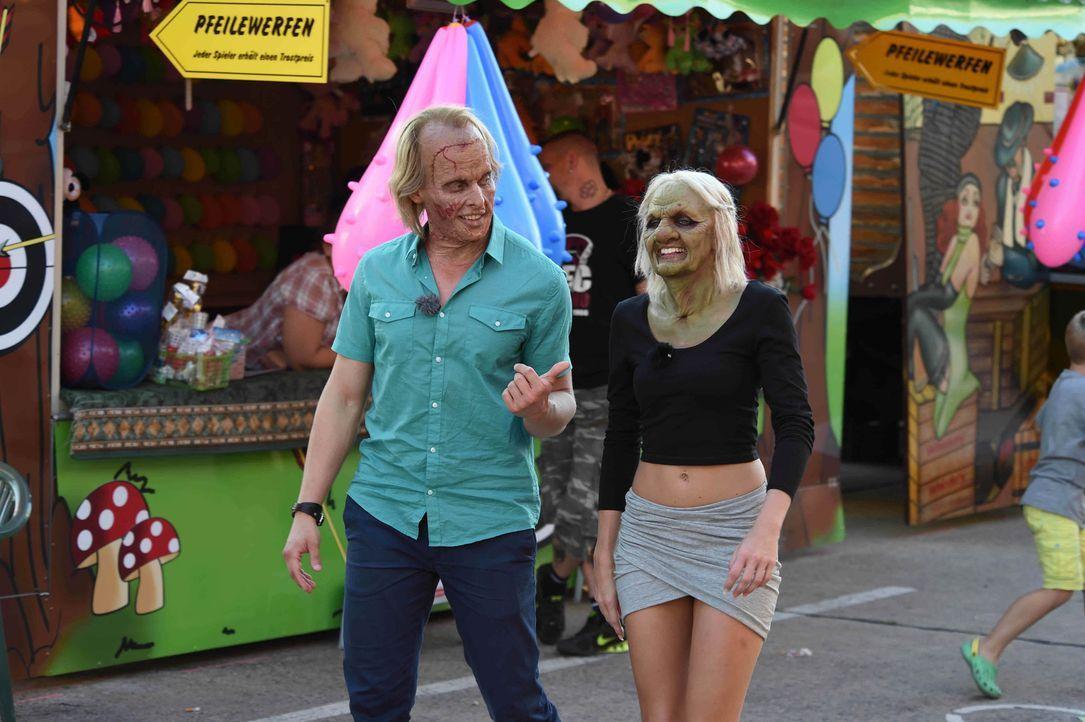 Finden Frankenstein Tobias (l.) und die alte Frau Bella (r.) auf dem Jahrmarkt eine Beschäftigung, die beiden gefällt? - Bildquelle: Andre Kowalski sixx