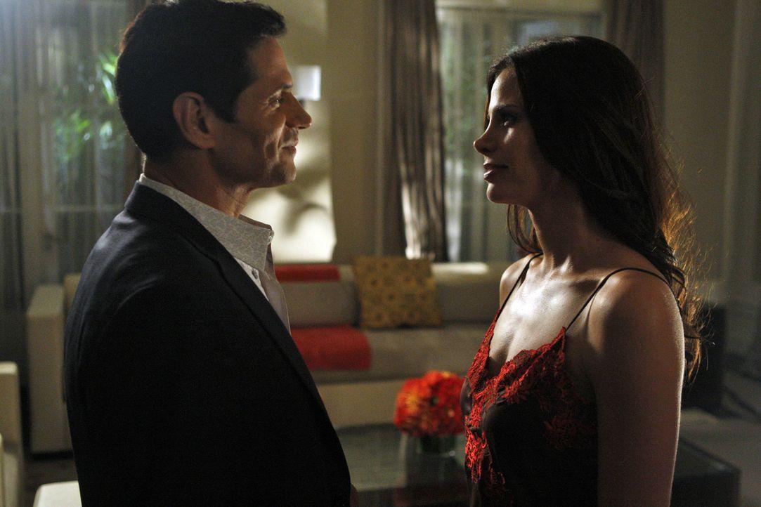 Hätte Vanessa (Brooke Burns, r.) doch nicht Davids Besuch vor Michael (Thomas Calabro, l.) erwähnt... - Bildquelle: 2009 The CW Network, LLC. All rights reserved.