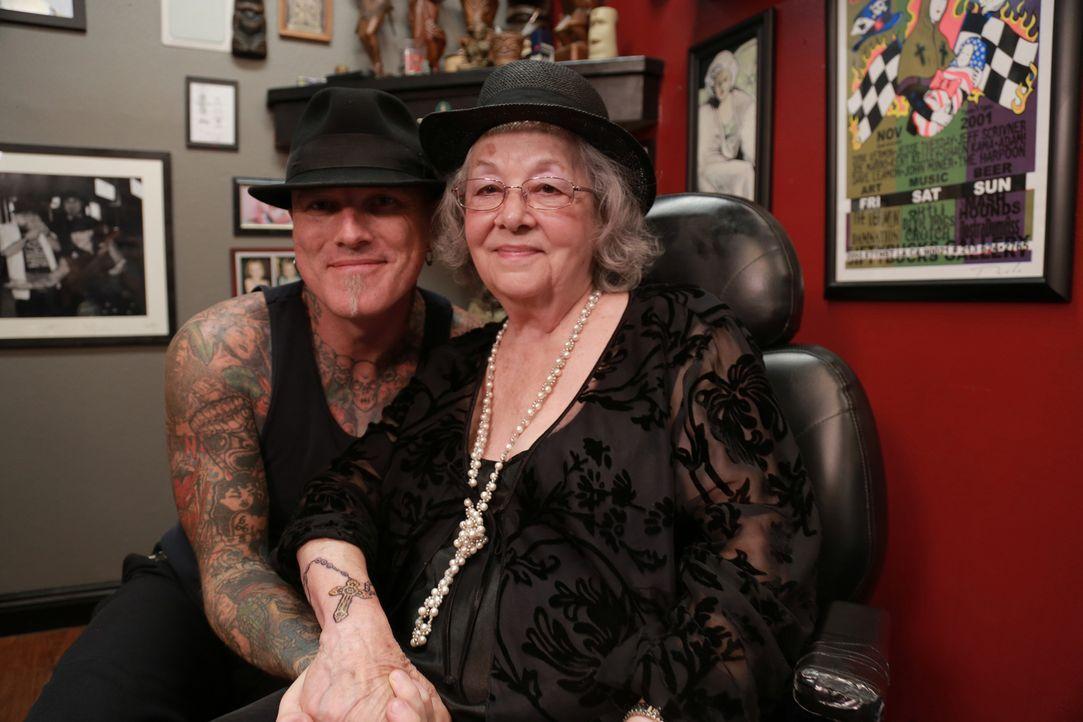 Jeannie (r.) wurde von Ruckus überzeugt, sich für ein Tattoo in die erfahrenen Hände von Dirk (l.) zu begeben ... - Bildquelle: 2013 A+E Networks, LLC