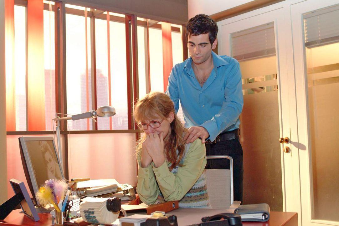 Ihr arbeitsloser Vater, David, die illegale Scheinfirma - das ist alles zu viel für Lisa (Alexandra Neldel, l.): Sie kann sich nicht mehr zusammenr... - Bildquelle: Sat.1