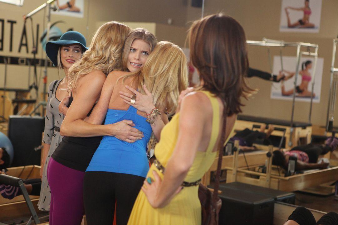 Naomi (AnnaLynne McCord, M.), Erin (Jessica Stroup, vorne) und Adrianna (Jessica Lowndes, hinten) sind auf der Suche nach Naomis vermeintlich neuem... - Bildquelle: TM &   CBS Studios Inc. All Rights Reserved