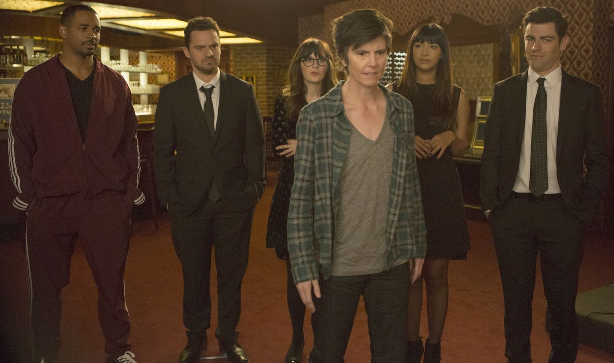 Noch ahnen Coach (Damon Wayans Jr., l.), Nick (Jake Johnson, 2.v.l.), Jess (Zooey Deschanel, 3.v.l.), Cece (Hannah Simone, 2.v.r.) und Schmidt (Max... - Bildquelle: Isabella Vosmikova 2018 Fox and its related entities.  All rights reserved.