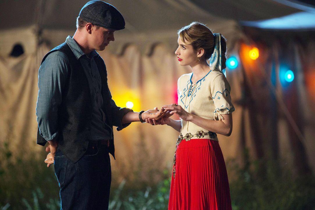 Wird Maggie (Emma Roberts, r.) tatsächlich zulassen, dass ihr Geschäftspartner auch Jimmy (Evan Peters, l.) etwas antut? - Bildquelle: 2014-2015 Fox and its related entities. All rights reserved.