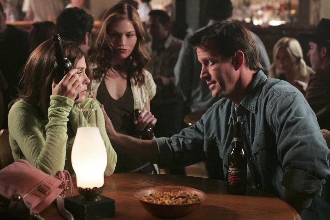 Susan (Teri Hatcher, l.) ist enttäuscht, denn Mike (James Denton, r.) muss das erste Date wegen eines überraschenden Besuchs absagen ... - Bildquelle: Touchstone Pictures