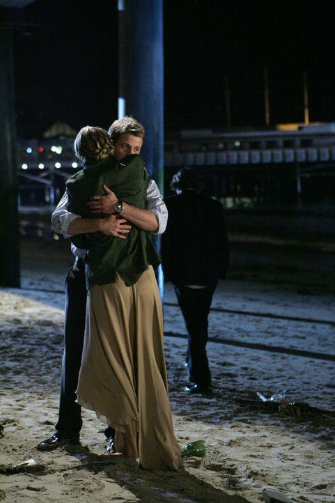 Marissa (Mischa Barton, l.) ist stolz auf Ryan (Benjamin McKenzie, r.) der sie aus den Fängen von Kevin mit einem Trick befreit hat ... - Bildquelle: Warner Bros. Television