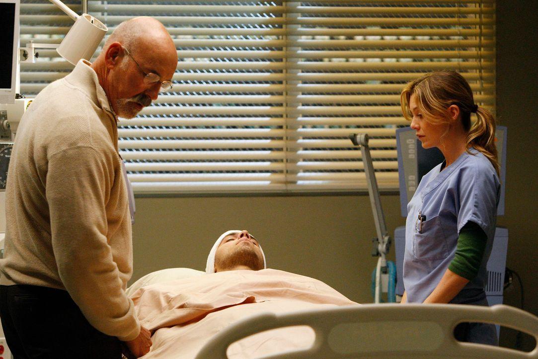 Meredith (Ellen Pompeo, r.) will Darren (Benny Ciaramello, M.) und Todd die Gelegenheit geben, vor der OP noch kurz zusammen zu sein, doch Darren wi... - Bildquelle: Touchstone Television