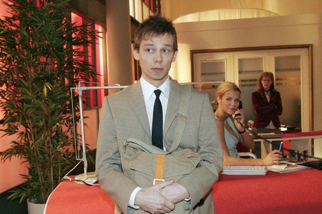 Wie unangenehm: Jürgen (Oliver Bokern, l.), der Sabrina (Nina-Friederike Gnädig, M.) den Hof macht, fühlt sich von Lisa (Alexandra Neldel, r.) er... - Bildquelle: Sat.1
