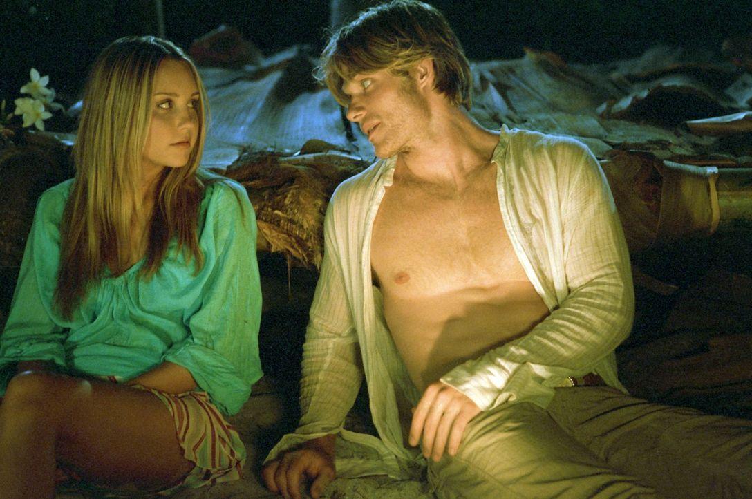Jason (Chris Carmack, r.) ahnt nicht, dass die einsame Insel keineswegs einsam ist. Doch noch will Jenny (Amanda Bynes, l.) ihren Rockstar nicht mit... - Bildquelle: Media 8 Entertainment