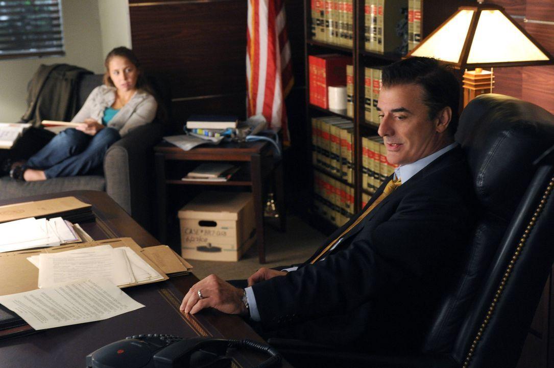 Peter (Chris Noth, r.) hat seine Tochter Grace (Makenzie Vega, l.) zu Besuch und die beiden unterhalten sich über die mögliche Scheidung der Eltern. - Bildquelle: 2011 CBS Broadcasting Inc. All Rights Reserved.