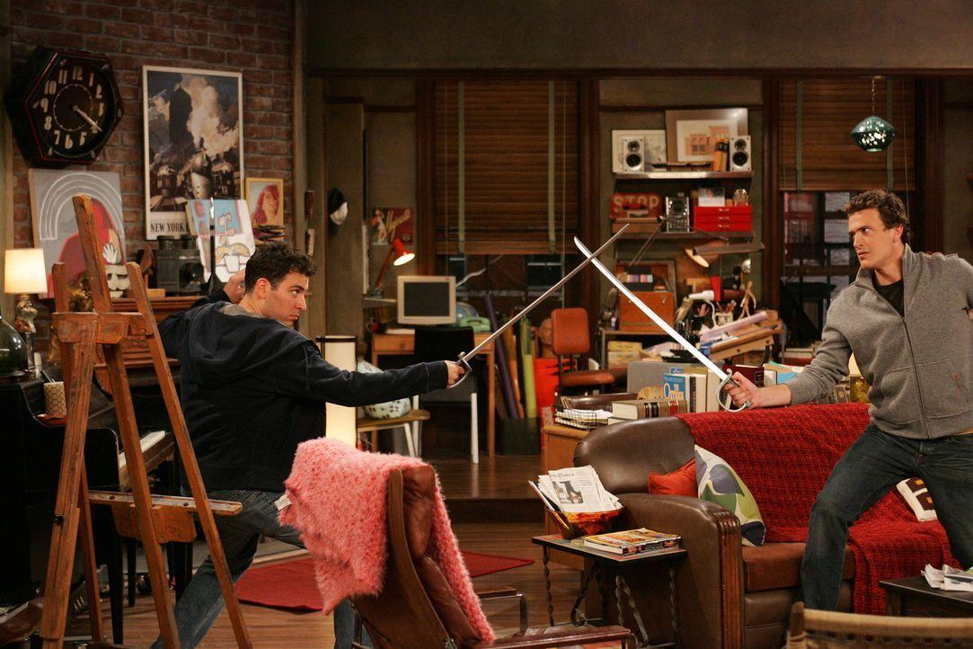 Zwischen Ted (Josh Radnor, l.) und Marshall (Jason Segel, r.) kommt es zu einem Schwertkampf, als sich Ted ungerecht behandelt fühlt ... - Bildquelle: 20th Century Fox International Television