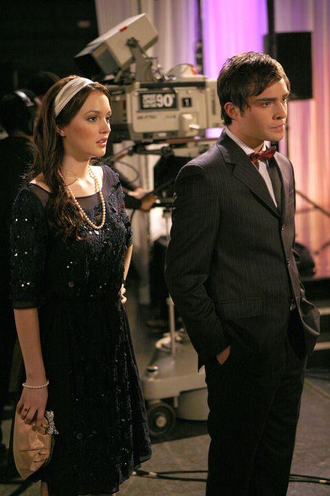 Blair (Leighton Meester, l.) und Chuck (Ed Westwick, r.) sind zu Rufus' Auftritt gekommen, um die intrigante Georgina aufzuhalten, doch sie sind zu... - Bildquelle: Warner Bros. Television