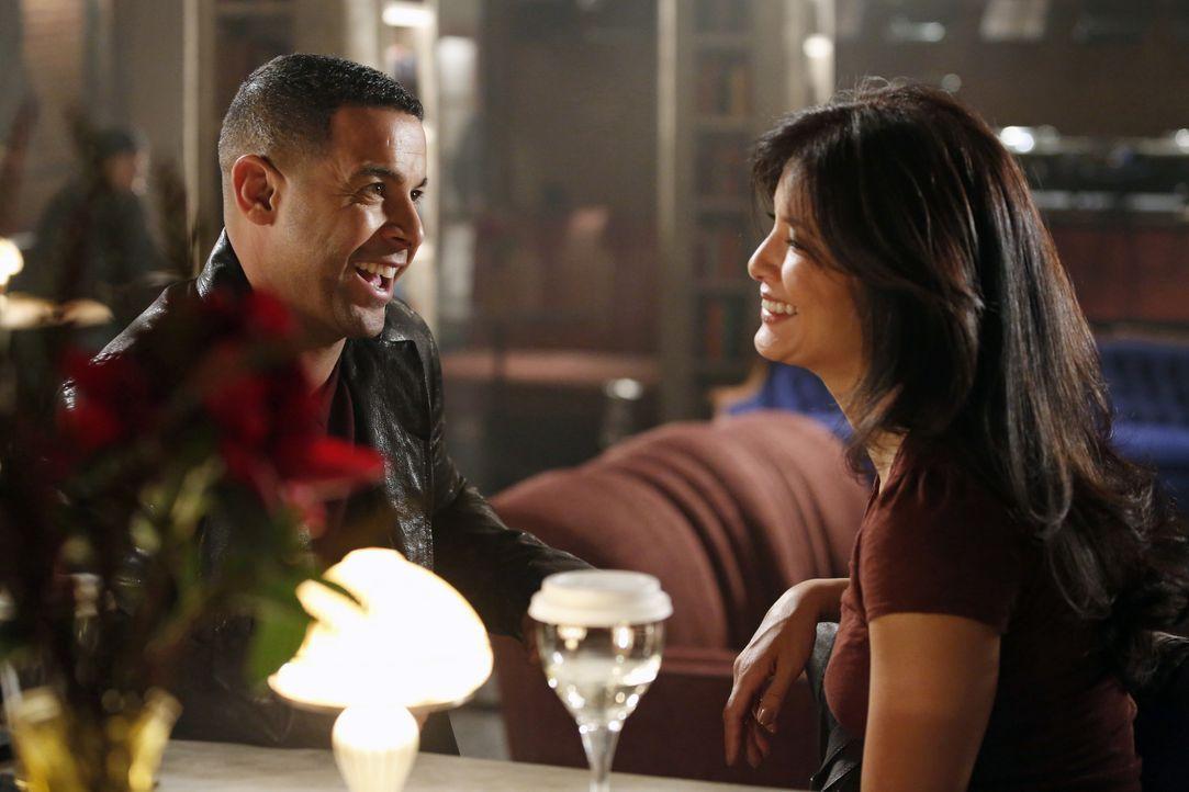 Javier Esposito (Jon Huertas, l.) lädt Scarlet Jones (Kelly Hu, r.) zu einem Drink ein, um sich bei ihr für sein Verhalten zu entschuldigen ... - Bildquelle: 2012 American Broadcasting Companies, Inc. All rights reserved.