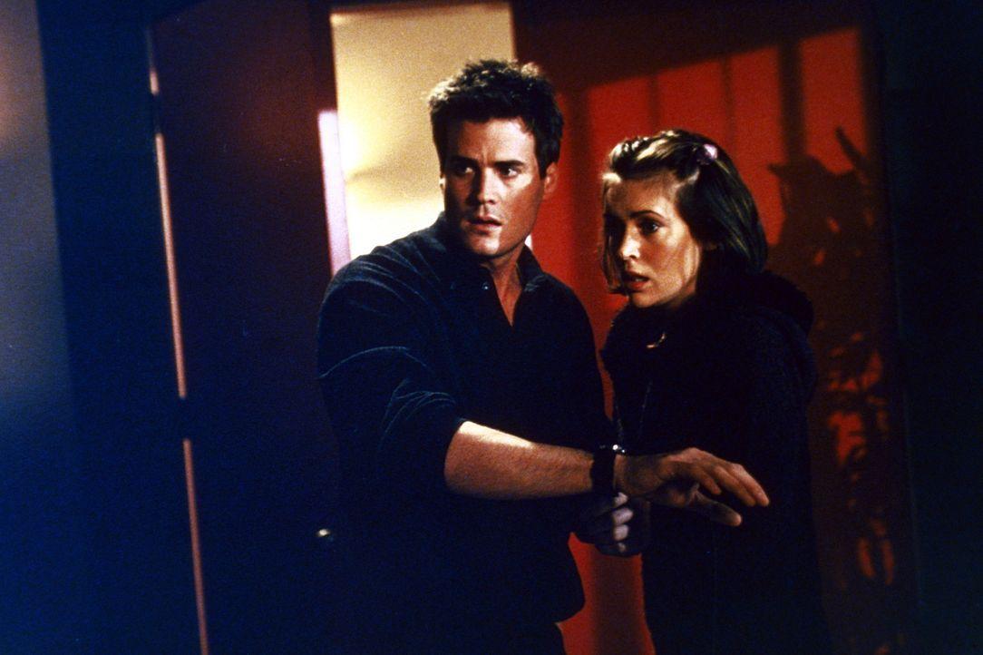 Andy (T. W. King, l.) will Phoebe (Alyssa Milano, r.) in Sicherheit bringen ... - Bildquelle: Paramount Pictures