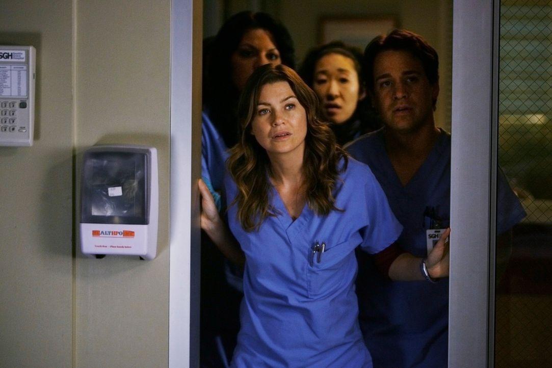 Hoffen, dass Izzie ihre Operation gut überstanden hat: Callie (Sara Ramirez, l.), Meredith (Ellen Pompeo, 2.v.l.), Cristina (Sandra Oh, 2.v.r.) und... - Bildquelle: Touchstone Television