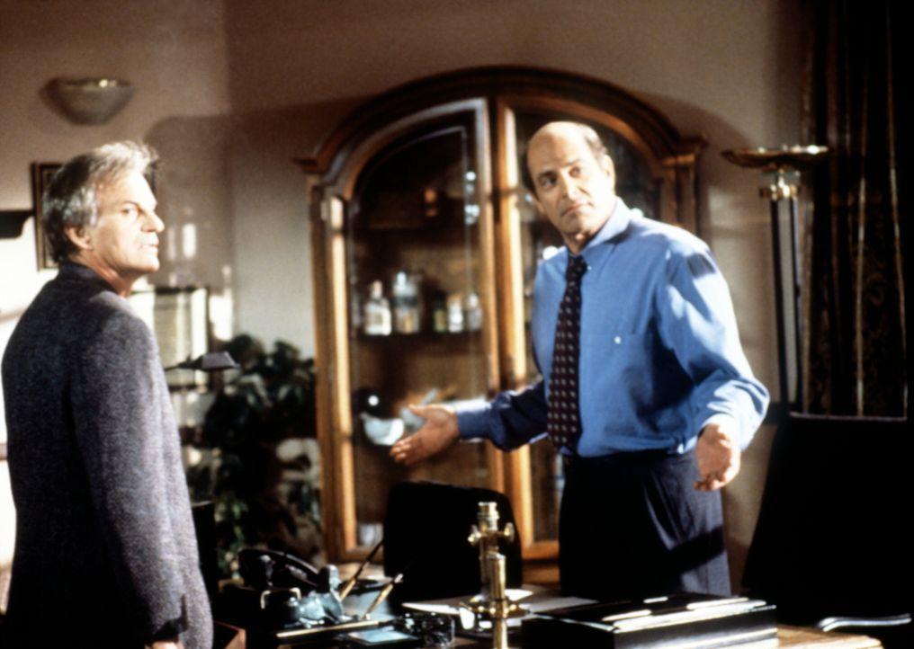Dr. Donati (Alan Rachins, r.) beruhigt seinen Komplizen Jack (Josh Taylor, l.), da er befürchtet, dass die Polizei ihrem Versicherungsbetrug auf die... - Bildquelle: Viacom