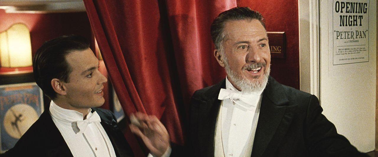 Das neue Stück von James M. Barrie (Johnny Depp, l.) ist ein voller Erfolg, das muss auch Produzent Charles Frohman (Dustin Hoffman, r.) zugeben ... - Bildquelle: Miramax Films. All rights reserved