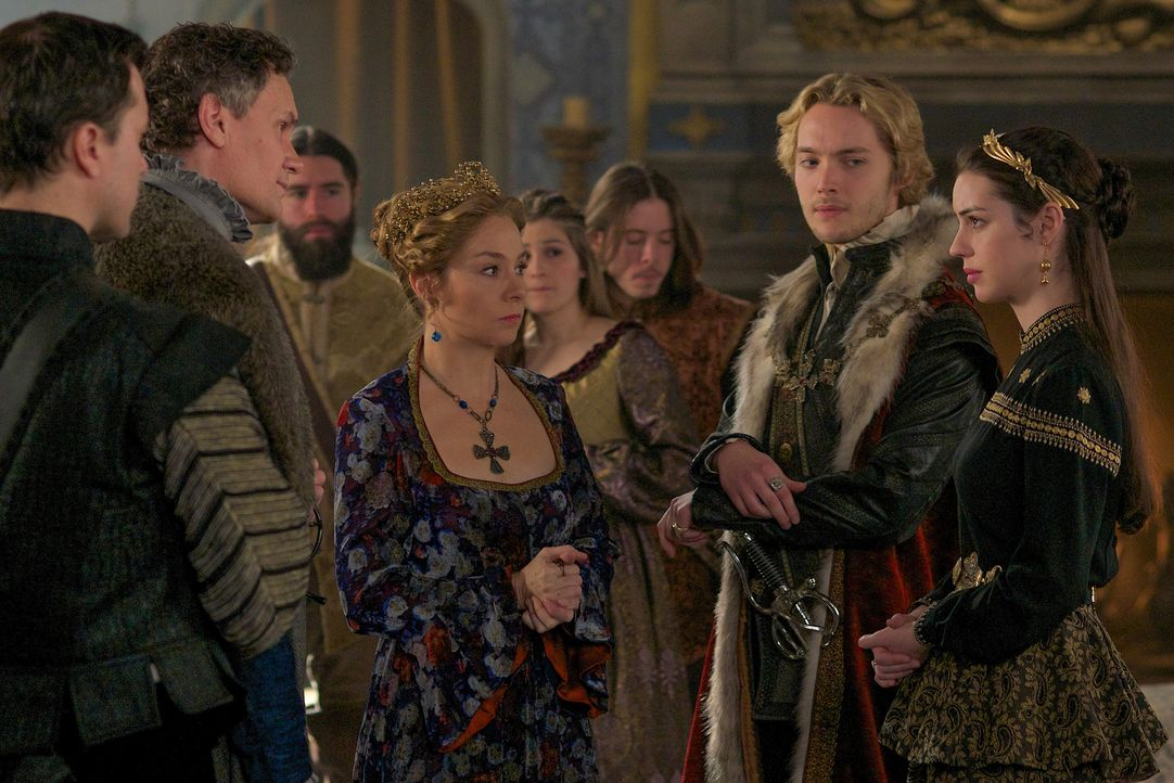 Empfangen Catherine (Megan Follows, 2.v.l.), Francis (Toby Regbo, 2.v.r.) und Mary (Adelaide Kane, r.) den in Ungande gefallenen Castleroy (Michael... - Bildquelle: Sven Frenzel 2014 The CW Network, LLC. All rights reserved.